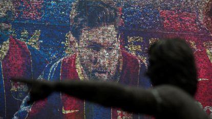 Retrato do atacante argentino Lionel Messi na loja oficial do Barcelona, nesta sexta-feira, na capital catalã.