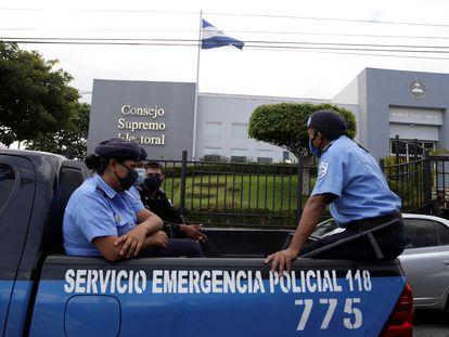 Patrulha policial em frente à sede do Conselho Supremo Eleitoral da Nicarágua, em 2 de agosto.
