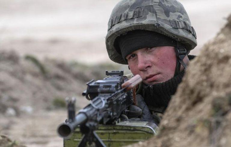 Um guarda ucraniano na região de Kherson, perto da Crimeia.