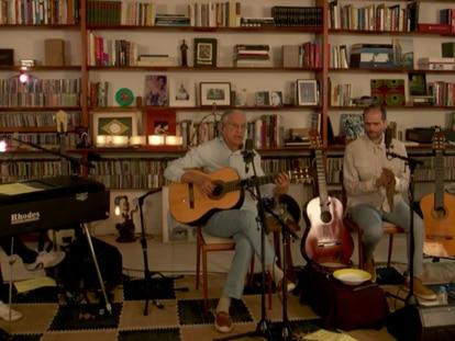 Caetano Veloso e seus filhos, Moreno, Zeca e Tom, durante a live nesta sexta-feira.