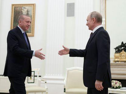 O presidente turco, Erdogan, e o russo, Putin, durante seu encontro na quinta-feira no Kremlin.