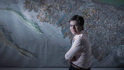 A prefeita de Bogotá, Claudia López, em seu gabinete.