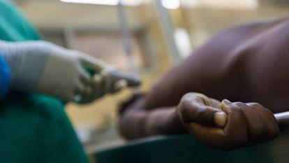 Uma autópsia minimamente invasiva no cadáver de uma criança de 10 anos, no Hospital Central de Maputo (Moçambique).