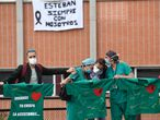 Trabajadores del Hospital Severo Ochoa de Leganés rinden homenaje a un compañero fallecido por el coronavirus. PHILIPPE MARCOU / AFP