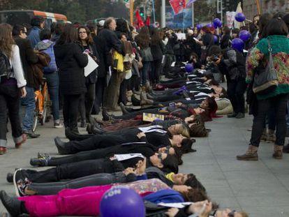 Centenas de mulheres protestam contra a violência de gênero.