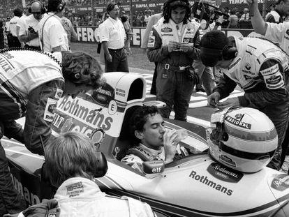 Ayrton Senna antes do início da corrida do Grande Prêmio de San Marino de 1994, onde perdeu a vida depois de seu carro se espatifar na curva Tamburello durante a sétima volta. O piloto tinha 34 anos.
