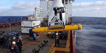 A tripulação do navio australiano 'Ocean Shield' manipula o submarino autônomo Bluefin-21 durante a busca do MH370.