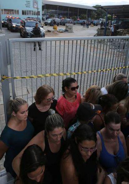 Familiares de PMs bloqueiam o acesso a um batalhão policial em Vitória, nesta sexta-feira.