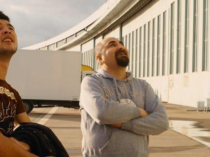 Ibrahim Al-Hussein  e Qutaiba Nafea no aeroporto de Tempelhof, em Berlim.