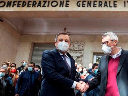 O primeiro-ministro da Itália, Mario Draghi, cumprimenta nesta segunda-feira o secretário-geral do CGIL, Maurizio Landini, em frente à sede do sindicato em Roma, atacada no fim de semana por grupos fascistas.