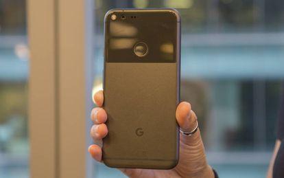 Parte traseira com G de Google e sensor de digitais.