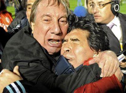Bilardo e Maradona se abraçam emocionado no final do jogo contra o Uruguai, que classificou a seleção argentina para a Copa da África do Sul.