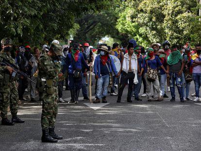 Soldados colombianos diante de uma manifestação de grupos indígenas, em Cali.