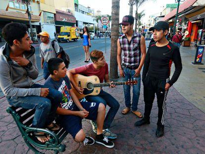 Um grupo de jovens em Tijuana.
