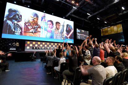 Público da convenção de Star Wars, no Centro de Convenções de Londres.