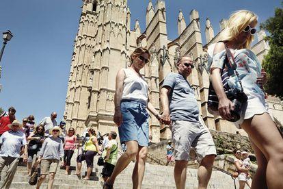 Turistas na catedral de Palma de Mallorca.