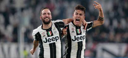 Higuaín e Dybala comemoram um gol contra o Milan.