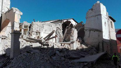 A basílica de San Benedetto, em Norcia, destruída pelo terremoto deste domingo.