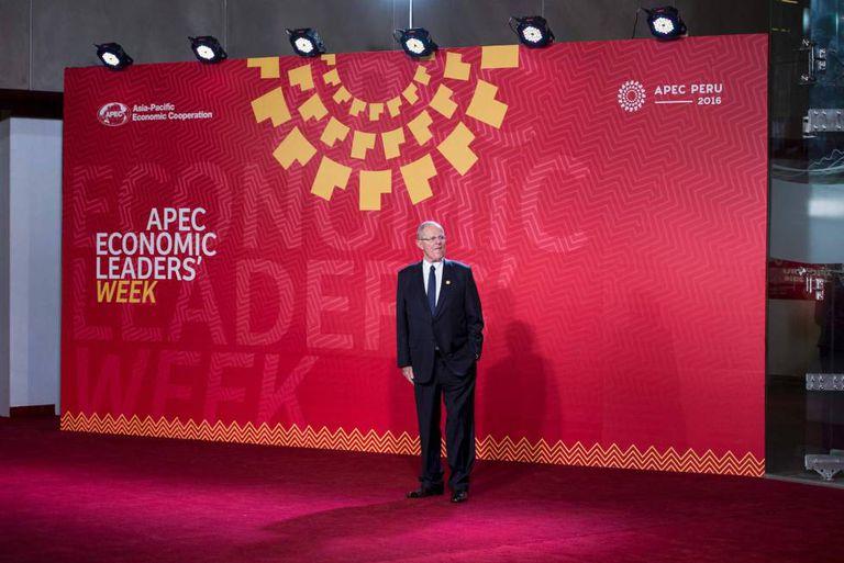 Pedro Pablo Kuczynski espera para cumprimentar os líderes que participaram da cúpula da APEC em Lima, em 19 de novembro.