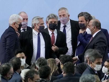 O presidente argentino, Alberto Fernández, cercado por seus novos ministros, na segunda-feira passada, em Buenos Aires.
