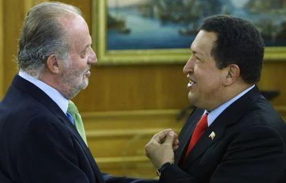 O Rei com Hugo Chávez, em Madri em 2009.