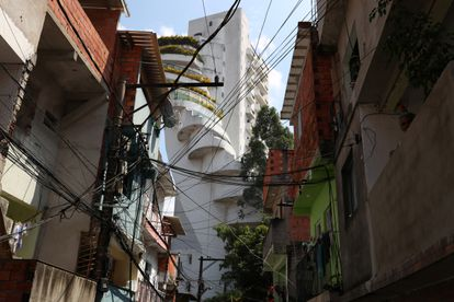Apartamentos de luxo são vistos de uma viela da maior favela da cidade, Paraisópolis.