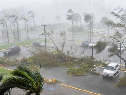 Olho do furacão Maria sai de Porto Rico, deixando a ilha arrasada