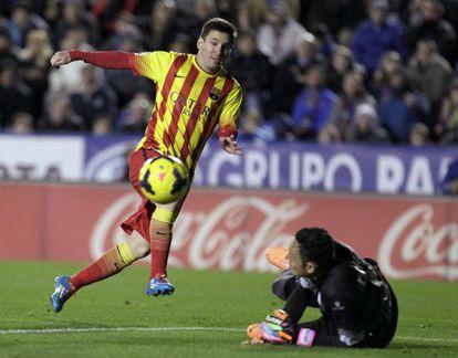 Keylor Navas, no chão, evita um gol de Messi