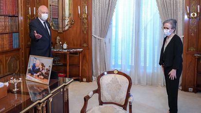 O presidente da Tunísia, ao lado da primeira-ministra, Najla Bouden, em uma foto publicada pela Presidência no Facebook.