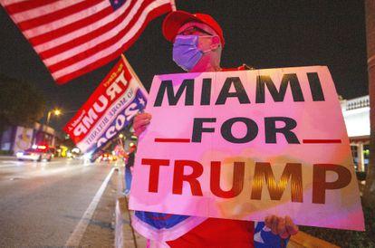Apoiador de Donald Trump em Miami, na Flórida, nesta terça-feira (3).