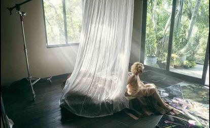 Julia Garner dá vida no calendário Pirelli a uma fotógrafa especializada em botânica.