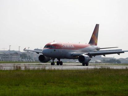 Uma aeronave da Avianca no aeroporto Santos Dumont, no Rio de Janeiro, Brazil, em junho de 2016.
