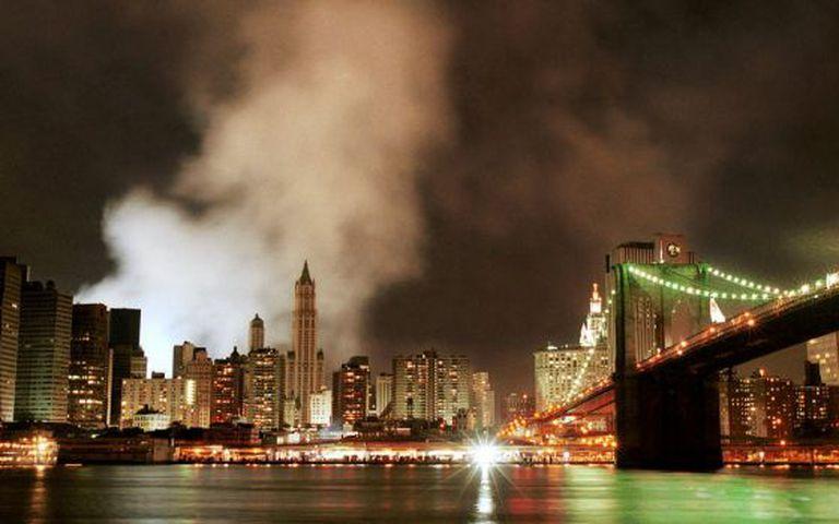 Imagem captada em 16 de setembro de 2001, em que ainda se vê uma nuvem de fumaça e poeira no local onde ficavam as Torres Gêmeas.