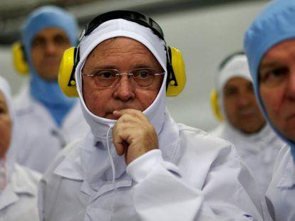 O ministro da Agricultura, Blairo Maggi, em uma visita à fábrica da JBS.