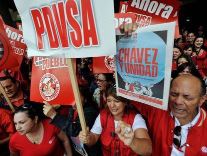 Partidários do ex-presidente venezuelano Hugo Chávez e trabalhadores de PDVSA em maio de 2011.