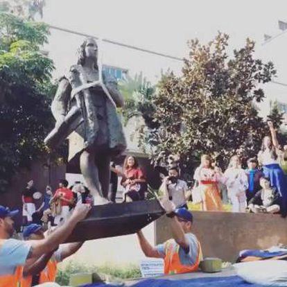 Momento da retirada da estátua de Cristóvão Colombo em Los Angeles no sábado.
