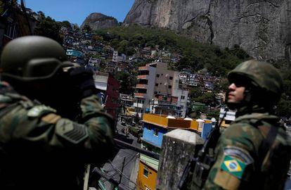 Membros das Forças Armadas em operação na favela da Rocinha, no Rio