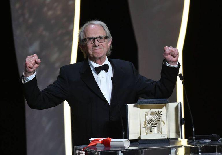 O diretor britânico Ken Loach celebra a Palma de Ouro em Cannes.