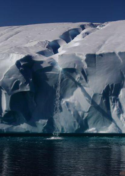 O gelo derrete com o aquecimento e forma uma cachoeira sobre o oceano na Antártica.