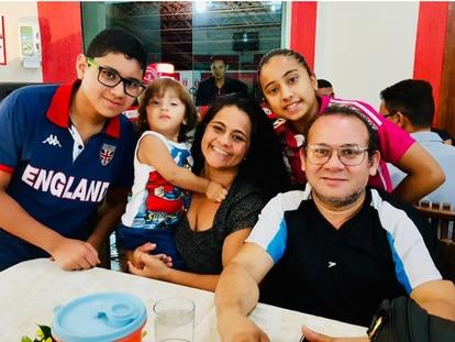 Cristiane e Raimundo Lamarão cercados pelos filhos. Ambos enfermeiros, ele morreu de complicações provocadas pela covid-19.
