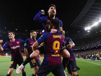 Messi comemora com seus companheiros seu primeiro gol, o segundo de Barcelona.