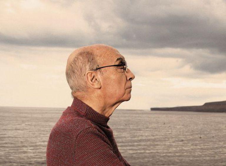 O escritor José Saramago, na praia Quemada de Lanzarote, onde foi projetado um plano urbanístico ao final paralisado, em uma imagem de 2007