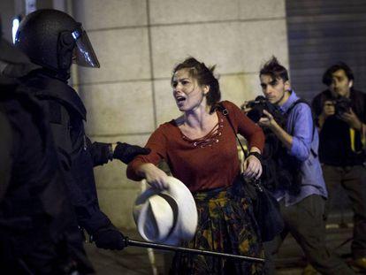 Polícia Nacional retira manifestantes de praça.