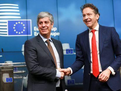 Mário Centeno, à esquerda, cumprimenta nesta segunda-feira seu predecessor, Jeroen Dijsselbloem.