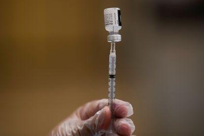 Uma enfermeira prepara a vacina contra a covid-19.