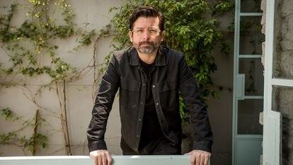 O escritor J. P. Cuenca posa em um café de São Paulo após ser processado por mais de cem pastores evangélicos por uma publicação no Twitter.