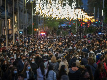 Rua lotada nesta segunda-feira em Barcelona.