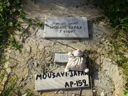 Boneco de pano sobre o túmulo de uma criança de 7 anos.