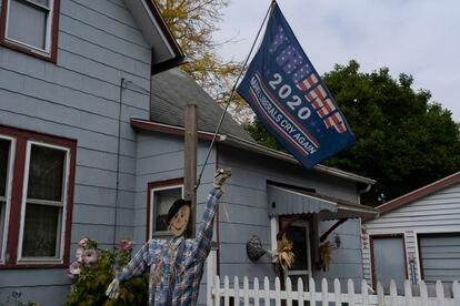 Casa em Mount Clemens, Michigan, com propaganda eleitoral e decoração de Halloween.