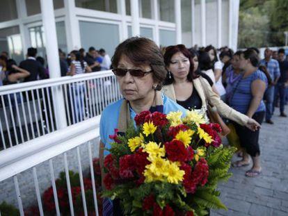 Fila de admiradoras no funeral de Mónica Spear em Caracas.